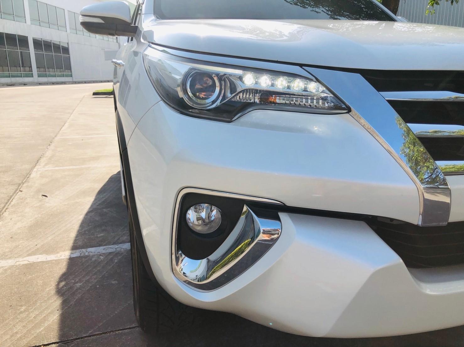 ภาพไฟหน้าแบบ LED ซีนอน โตโยต้า ฟอร์จูนเนอร์ 2.8 V 4WD ปี 2016